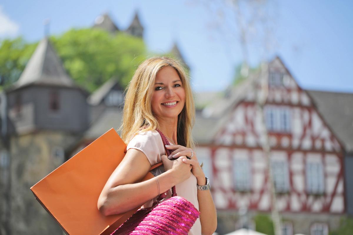 Frau mit Einkaufstüte © Braunfelser Kur GmbH, Foto: Klaus Primke