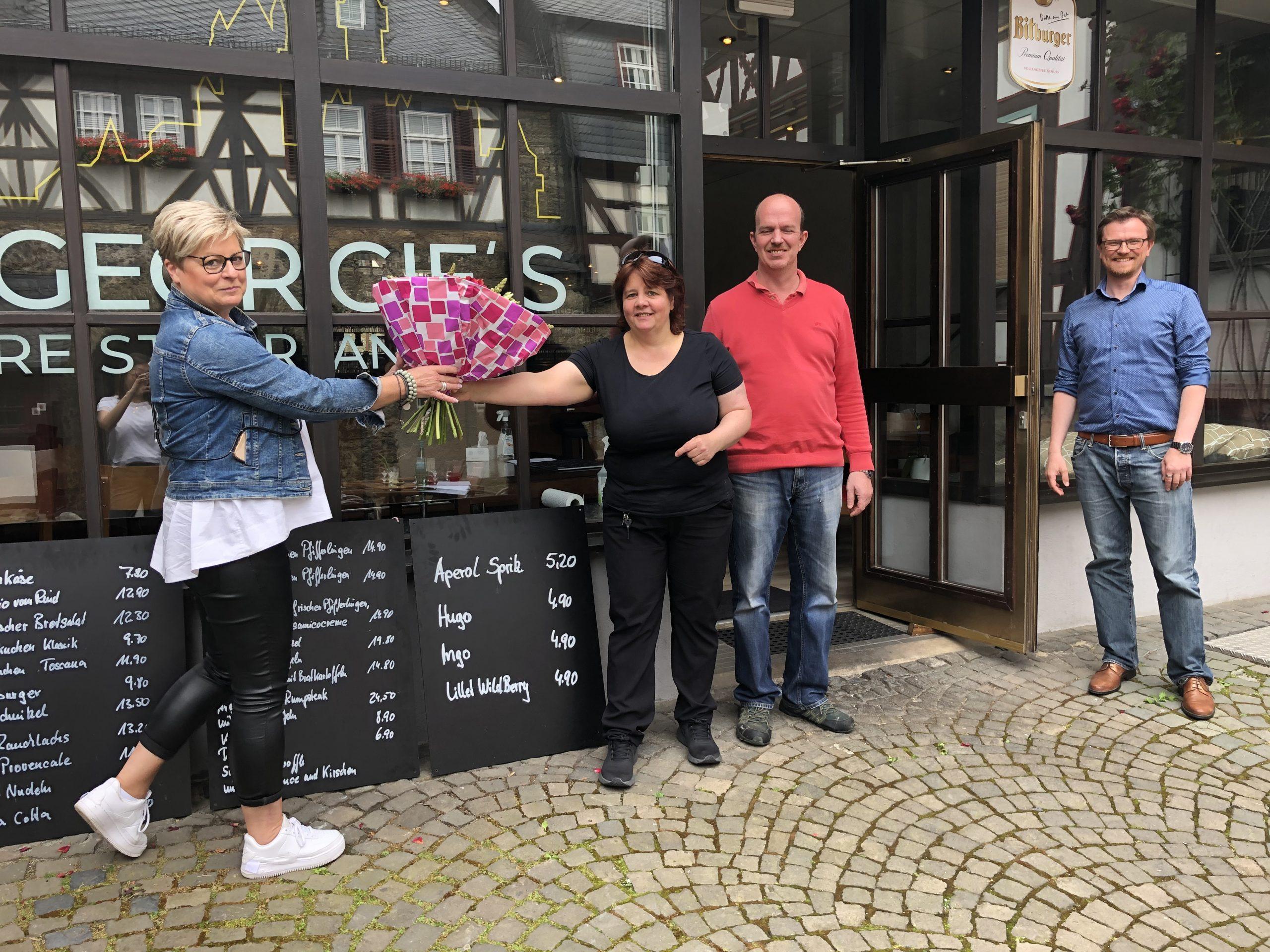 Regina Andermann und Philipp Borchardt wünschen den neuen Betreibern von Georgie's Restaurant - Peggy und Holger Tasch (Mitte) - alles Gute für die Zukunft.