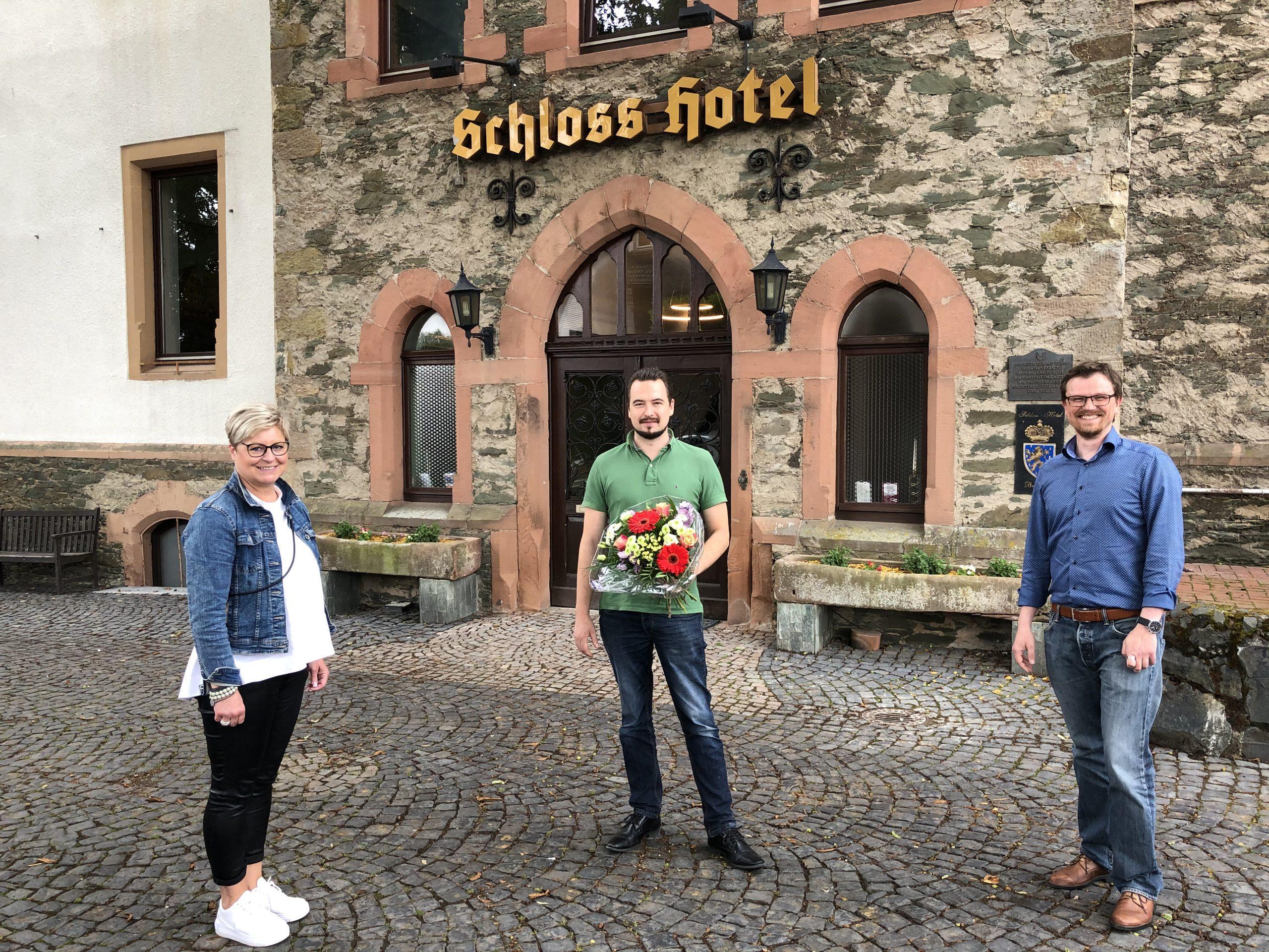 Regina Andermann  und Philipp Borchardt gratulieren Lieblingsplatz-Gastgeber Malte Malessa (Mitte) zur Neueröffnung des Schloss-Hotels in Braunfels