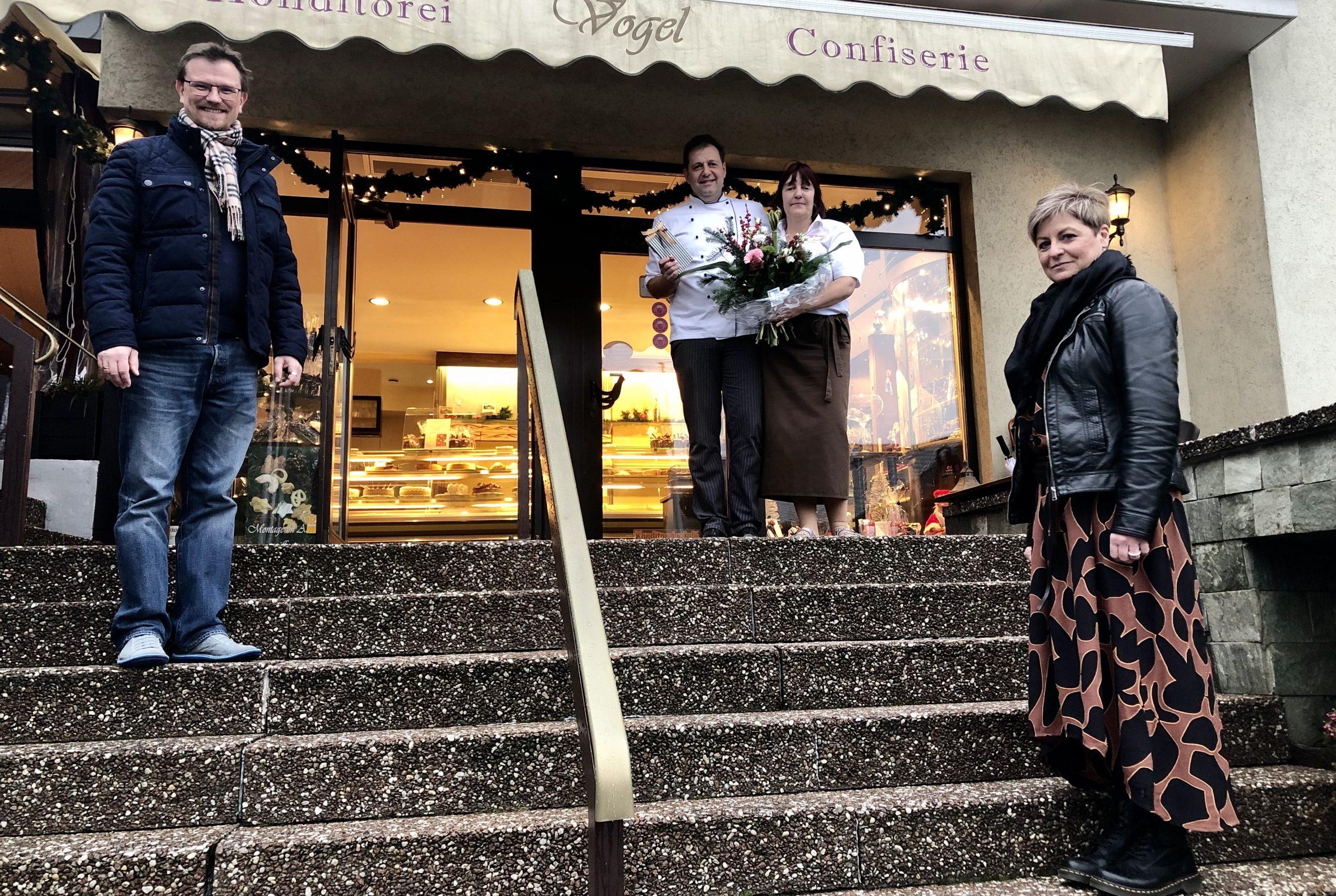 Philipp Borchardt und Regina Andermann gratulieren der Familie Vogel zum 50jährigen Jubiläum.