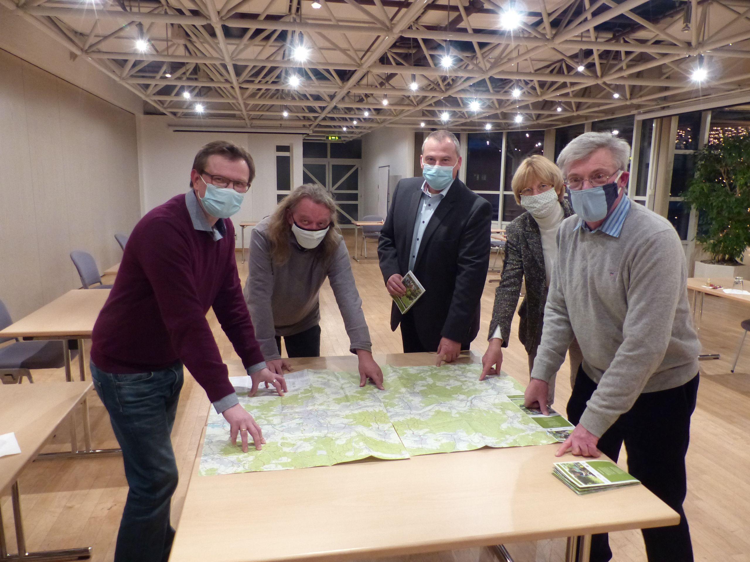 von links: Philipp Borchardt, Norbert Kortlüke, Christian Breithecker, Anja Zarge und Dr. Lutz Münzer präsentieren die neue Rad- und Wanderkarte (c) Stadt Wetzlar